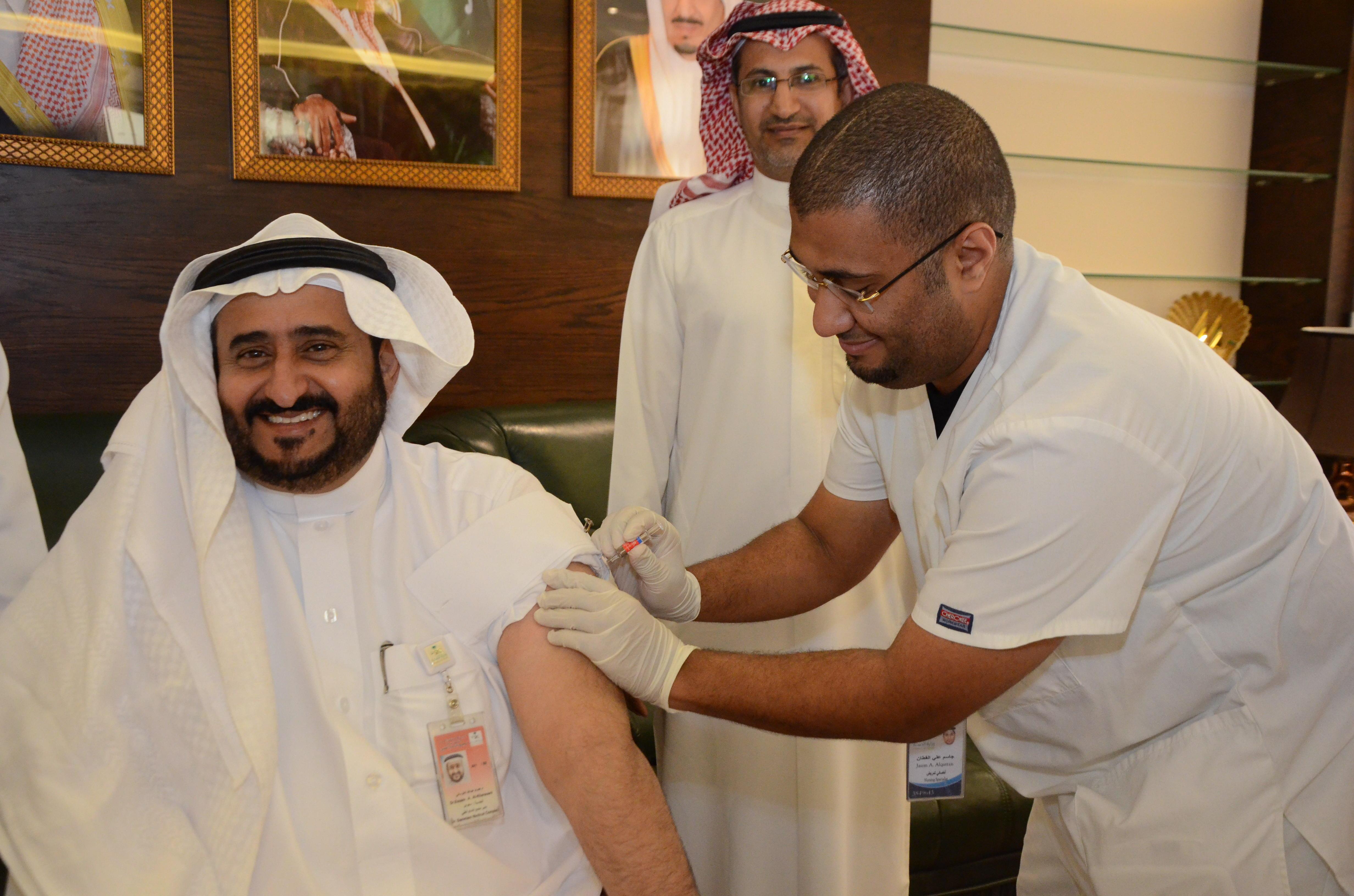 الدكتور الخرساني خلال تدشين حملة التطعيم ضد الانفلونزا